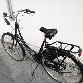*Håndværkertilbud*Sælger min damecykel der har fulgt mig i tykt og tyndt de seneste år. Den er godt brugt og skal have nye gear og bagdæk før den kan køre. Og så trænger den til et generelt eftersyn.  Stellet fejler dog intet (udover det er slidt at se på) og både lygter og lås virker upåklageligt.  Så hvis man er gode venner med den lokale cykelhandler, så kan man få sig en billig cykel.  Kvittering haves stadig (fra 2012).