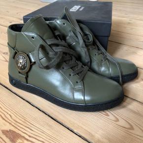 Sælger mine smukke støvler fra Versace. Jeg har aldrig brugt den.  Købte i 2018 i Neumunster.  Str 37.  Byttes ikke.