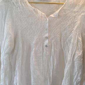 Varetype: Skjorte Farve: Råhvid Oprindelig købspris: 1200 kr.