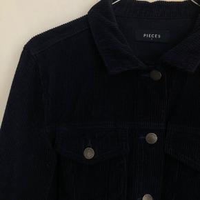 Velour jakke alm. i størrelsen.  Kan bruges både som jakke eller cardigan