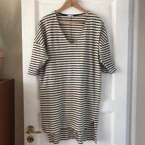 100% kort bomulds kjole fra Zara, kortere foran end bag på og sidder lidt over knæet