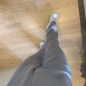 Super fine satin bukser fra Zara, i en lyseblå/sølv farve - perfekte til sommer.