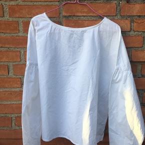 Hvid skjortebluse.  Ny. Fejlkøb  Nypris 249,95. Kun prøvet på, men ikke brugt.
