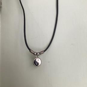☯️ Ying / Yang vintage boheme boho 90'er halskæde i lædersnor med lukning. Aldrig brugt!  Sælges grundet flytning - aldrig brugt.   🌍 afhentes på Nørrebro eller Vesterbro  💌 Kan sende med alm brev (10 kr) eller DAO (33 kr)