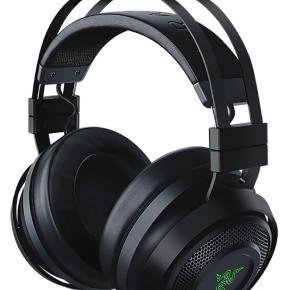 Dyk ned i spillet med alle dine sanser. Razer Nari Ultimate gaming headset tilføjer en ny dimension til din lytte-oplevelse takket være dens THX rumlig lyd, spil/chat lydbalance og forsinkelsesfri trådløse forbindelse parret med komfort. THX rumlig lyd, haptiske drivere USB + 12 m trådløs rækkevidde Ergonomisk design, 8 t spilletid  Kommer i original emballage