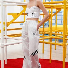 Helt nye hvide bukser fra Danielle Cathari x Adidas i størrelse medium. Med prismærke på - nypris 649. Snørre i livet og lommer. Ved køb af flere ting kan der opnås mængderabat