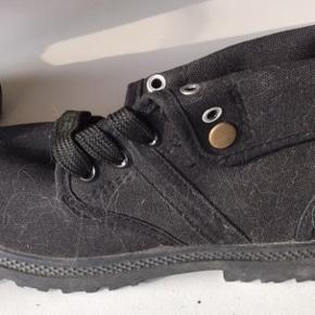 Sort Justine Shoes med snørre i kraftig lææred med forstærkning i snuden med gummi.  Pris 40 kr. + evt. forsendelse