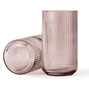 Smuk Lyngby vase sælges 20 cm høj.  Farven hedder burgundy. Handler også via MobilePay. Bytter ikke