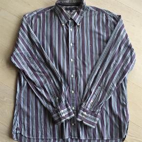 Super smart skjorte i pæn stand.  Langærmet Farve: Blå
