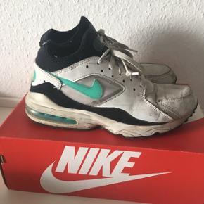 Slidte Nike Air Max 93 str. 42  De er ret nedslidte, men ikke punkteret og stadig behagelige at gå i. De skal måske også lige have en vask :)  Måske nogle kan have gavn af dem som beaters til sommerens festivaler :)  Pris: 50kr eksl. fragt - sender ned DAO
