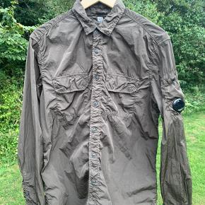 Cp company shimmer jakke, har et mikro hul ellers god stand