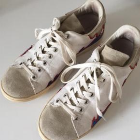 Sælger disse Isabel Marant sneakers i str 39, men kan sagtens passes af en 38. De er brugt, men har stadig mange år tilbage. Der er ingen huller. Kom med et bud, så ser vi på det. Sender gerne flere billeder.   Np var ca. 2500kr  Andet Farve: HVID Oprindelig købspris: 2600 kr.