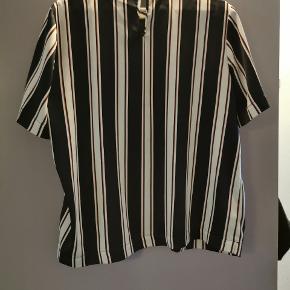 Sød bluse med mørkeblå, røde og hvide striber. Lille i størrelsen Har en smule revet foran, men det ses ikke, når den er på