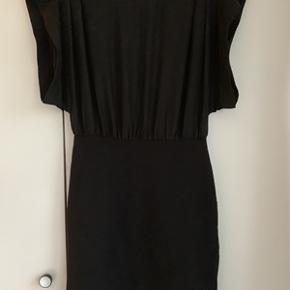 Flot sort festkjole fra Storm&Marie str. 38, brugt en enkelt gang, ser ud som ny. Nederdelen i kjolen er elastisk, så den sidder til. Nederdelen har lynlås bagtil. Kjolen har god plads i overdelen, så den både rummer den lille og store barm. Længde 90 cm.