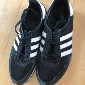 Sorte sneakers fra Adidas, str. 39, som er nogle år gamle. Er ikke særlig brugt🌸
