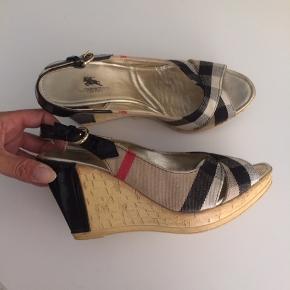 Burberry sandaler str 39