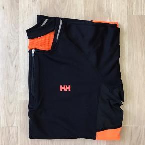 Helly Hansen t-shirt Str. L Brugt et par gange og fremstår som ny.  Den er fantastisk at have på når man er udendørs. Meget komfort for pengene.   Kig gerne hvad jeg ellers har til salg, jeg giver god mængderabat. Hvis ikke du finder noget, så vil jeg ønske dig en god dag og tak fordi du kiggede forbi min shop☀️
