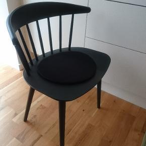 2 stk flotte Hay j104 spisebordsstole i mat sort. Tremmestol pindestol  700 kr. Pr. Stk.  Spisebordet er også til salg.