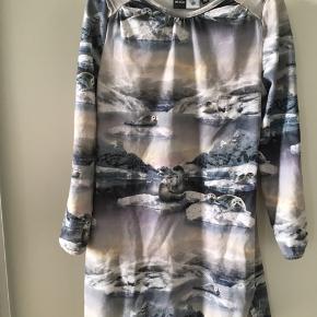 Super fin kjole str 110-116 brugt få gange. Mp 115pp