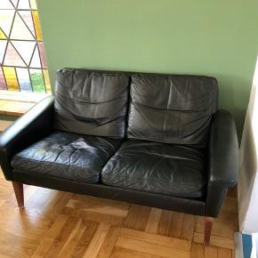 Retro lækker sort læder sofa sælges. Men patina, men i relativ god stand! Skal hentes i Hvidovre!