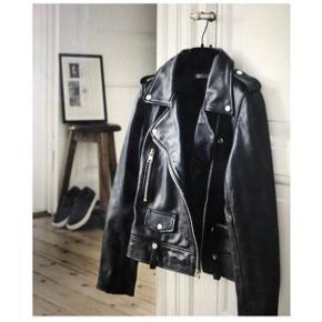 Sælger min lækre læder jakke, da jeg dsv ikke får den brugt. Den er fra sidste jul, men brugt meget få gange.  Skriv for flere billeder, eller spørgsmål :)) Str 34   Zara, Ganni, H&M, Nike, & otherstories, Zadig og Voltaire, Balenciaga, Mango  Zara, H&M, Stussy, Mango