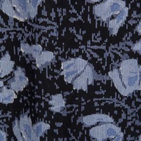 Skøn luftig kjole i viscose. Brystvidde 120, længde 96. Som ny i standen. Brugt og vasket x 1. Skal ikke stryges efter vask.