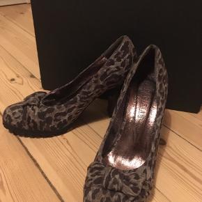 Flotte højhælede sko fra mærket Parisian med gråt dyreprint.   De er næsten som nye. Jeg har kun haft dem på indendørs et par gange..