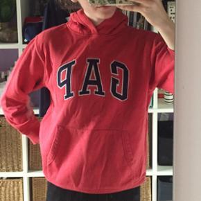 GAP hoodie ! Den er i en god cond - det er ikke til at se at den har været brugt. Den er i en fed rød farve og har lidt et retro vibe. Fitter xs/s  Sælges udelukkende fordi jeg har alt for mange hoodies Min Mp er 200, men kom med et bud Kan afhentes i 7500 Holstebro (Tvis), eller sendes på købers regning 💓