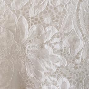 Hvid blondebluse fra Vero Moda ⭐️ Ubrugt og str. M (passer både str. 36+38). Kan hentes i Aalborg eller sendes.