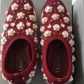 Smukke Dior Sneakers - fantastisk at have på.  Str 38, passer 38 og en lille 39.  De er næsten som nye. Medfølger boks, dustbag og papir.   Kan afhentes i Aalborg eller sendes på købers regning med dao.