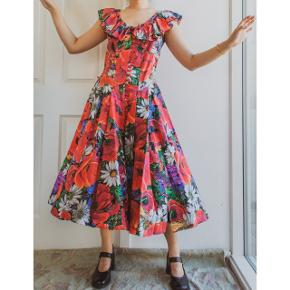 Poppy is my favorite flower and let this dress go is killing me. I think I have tried 3 times but saved it until now. It deserves to be used much more.  It closes with buttons on the front and has bands you can tie up on the back for showing waist line.  100% cotton.  Marked size 38, but more of a size 40. Waist (without band tied) is about 80cm, chest about 92cm.