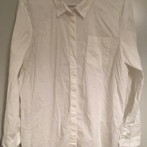 Skjorte i stretch stof, lidt oversize i modellen. Fin stand. Kun brugt 1 gang.   45,- + fragt.  Bytter ikke.  💸 Ved køb af flere tøjannoncer giver jeg god rabat, hvis du køber 3 dele 😍