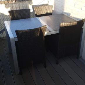 Udendørs spisebord/havebord, bordpladerne er af granit, det er super flot, der er en mindre rust plet på den ene granit plade, men tænker sagtens den kan fjernes, der medfølger 4 stole i plast flet, samt 2 hynder. Det kan stå ude året rundt. Kom med et bud