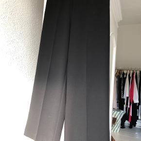Lækre bukser med pressefolder og lige ben. Fast linning og lyslås i siden. Sidder så pænt over numsen, da der ikke er lommer. Brugt ganske få gange.