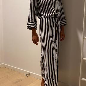 Sælger denne stribede sort/hvid kjole fra Only.  Fitter en XS-S 💫