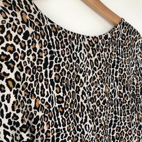 Varetype: Andet Farve: Leopard  Fin bluse i leopardprint fra Custommade. Næsten ikke brugt - så fremstår virkelig pæn.  Model: callista  80% viskose 20% rayon  Kom med et bud...