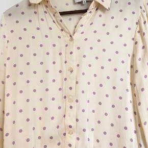 Så fin skjorte fra second female. Aldrig brugt da den desværre var for stor.  Passer en 34-36 Nypris: 799,- bytter ikke.