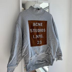Den flotte Acne Studios sweatshirt i grå med kobber-farvet print. Rigtig tyk og lækker i kvaliteten. Kan sagtens også passes af en medium! 🧡