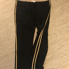 Super flotte bukser/selskabsbukser, ( stumpebukser). Glat stof med guld striber langs siden. Aldrig brugt.
