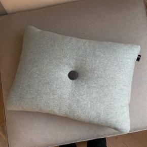 Hay pude i lyseblå farve  Mål: 60x45 cm   Brugt som pyntepude som fremstår som helt ny
