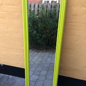 """Spejl i en fed grøn farve. Brugt kortvarigt og har ingen """"skader"""".  Mål: 140x40  Sælges for 100 🌴🌴"""