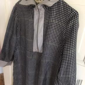 Smuk 100 % silkekjole fra Acne Studios med gråternet mønster og lynlås. Brugt 1-2 gange.