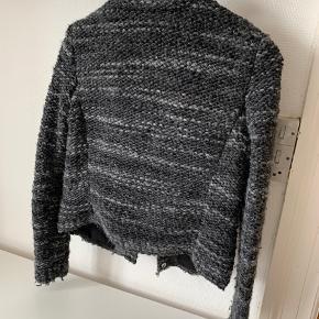 Fin strik cardigan/jakke med skjulte trykknapper.   IROs klassiske strik som er et hit år efter år. Så fin.   Sælges da jeg har for mange.