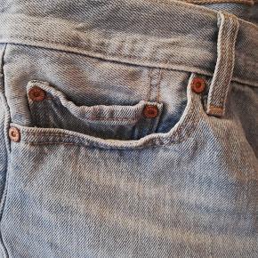 Klassiske Levi's shorts i meget lys/vasket denim. Store i størrelsen. Kan muligvis passes af en str L.