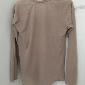 Bluse/t-shirt i råt look fra American Vintage.   Varen befinder sig i KBH K.