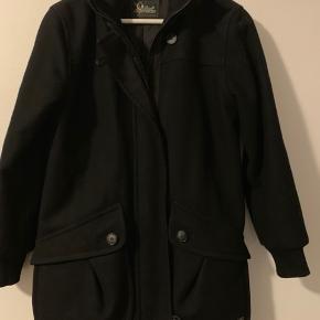 Rigtig fin frakke/jakke i 80%uld og 20% polyamid. Ingen fejl.