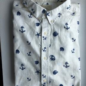 Selected Homme Skjorte i knækket hvid med blå sailor motiv. Lange ærmer.  Str.: L/42, Slimfit Materiale: 100 % bomuld  Brugt få gange.