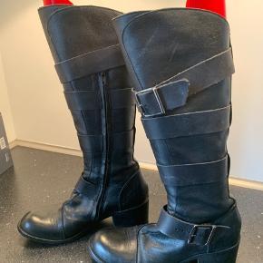Lækker skind støvle med lynlås lidt høj hæl og bikerlook.. har fået nye såler på hæl