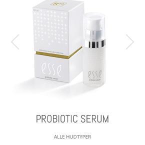 ESSE PLUS, PROBIOTISK SERUM MED LEVENDE BAKTERIER, ANTI AGE, 30 ML  Uåbnet og i original indpakning. Modtaget den 1/9.   Dette er verdens første serum som har et højt indhold af levende bakterier. Den er udviklet med BIOME+ teknologi, som har vist videnskabelige fremskridt. Serummet indeholder mere end 1 milliard levede probiotiske mikrober pr. milliliter, som aktiveres ved kontakt med huden. Bakterierne er med til at rette op på urenheder, styrke barrierefunktionen samt gøre huden mere fyldig og spændstig.