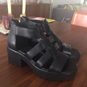 Smukke sandaler fra vagabond. Brugt få gange, og derfor i rigtig fin stand uden tegn på slid. Sidder virkelig godt på foden, og giver lidt højde med wedge på 4 cm. Sort læder i str 39. Fragt betales af køber.